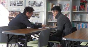 担任の先生と履修相談をおこなう埼玉県蓮田市の通信制高校翔洋学園高校ネットキャンパスの生徒