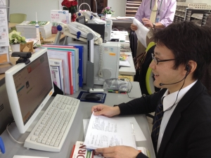 墨田区の自宅で先生とテレビ電話で学習を進める