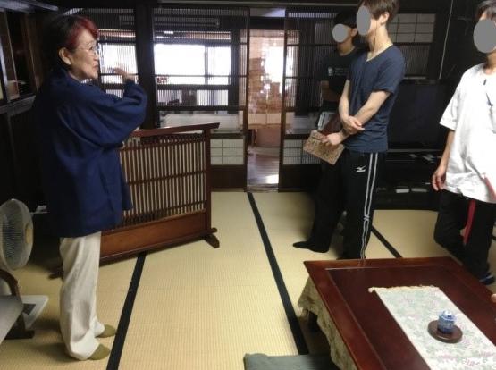 立川醤油店のおかみさんの案内で母屋を見学